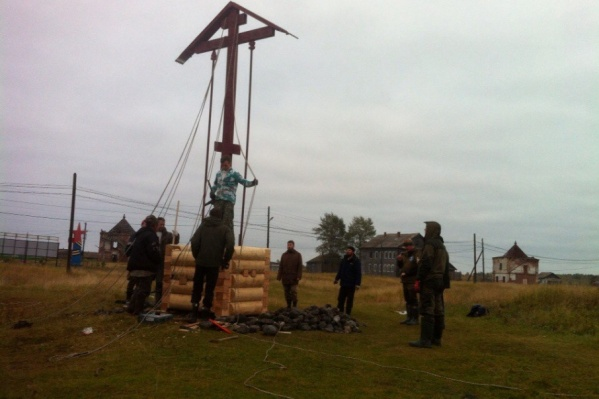 Участники молодежной организации своими руками и установили крест в старинном посёлке Пертоминск