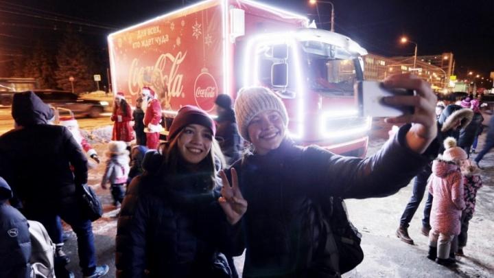 Караван праздника: Деды Морозы устроили отрыв возле ЮУрГУ