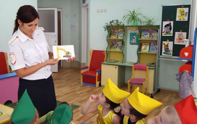 Полицейские рассказали детсадовцам о том, как надо себя вести на улицах Ростова