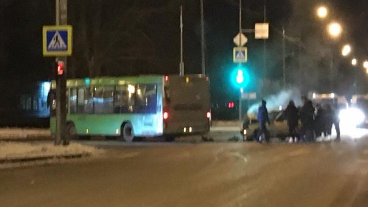 Двое пассажиров попали в больницу из-за столкновения автобуса и иномарки на Щербакова