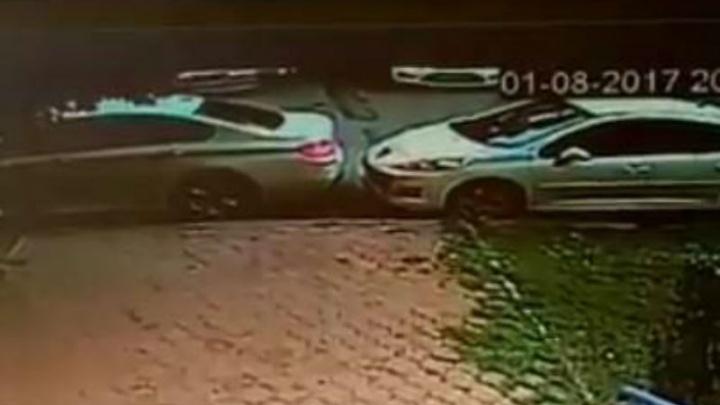 Водителя BMW, ударившего на парковке чужую машину, пристыдили в Сети