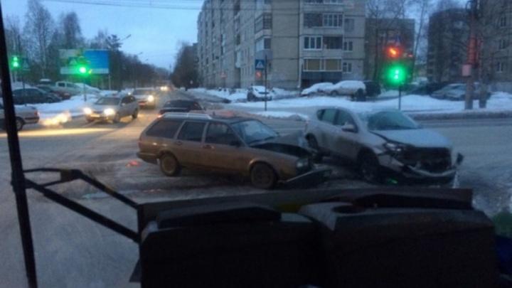 С утра сразу два ДТП произошли на перекрестках в центре Архангельска