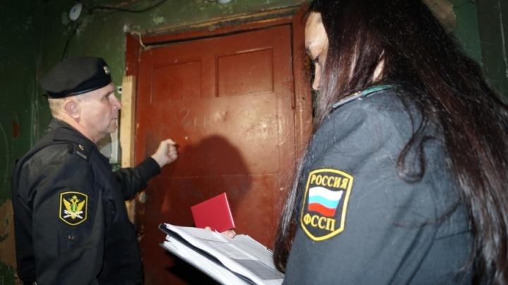 В Котласе судебные приставы забрали у пьяной матери маленькую дочь и передали органам опеки