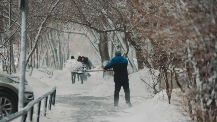 Падающие дорожные знаки, улетевшие в кювет машины, замерзшие школьники: как Тюмень пережила штормовое утро