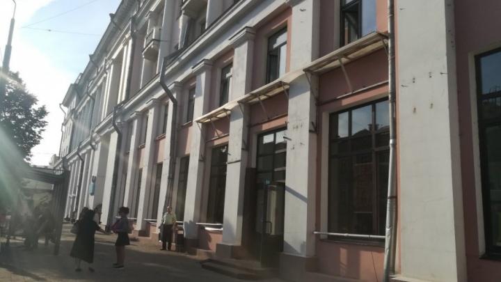 В центре Ярославля сняли гигантскую «Обувь»