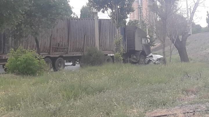 На улице Глубокоовражной в Волгограде КАМАЗ смял «семерку» и «Ниву»