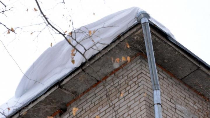 Глыба льда пробила крышу пристроя: житель Прикамья отсудил у управляющей компании 359 тысяч рублей