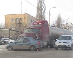В Волгограде бензовоз подмял под себя легковушку