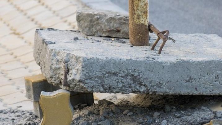 Дорожный знак на Ворошиловском мосту рабочие подперли плиткой