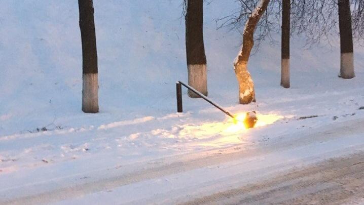 Улицы упавших фонарей: в центре города нашли ещё один сломанный светильник