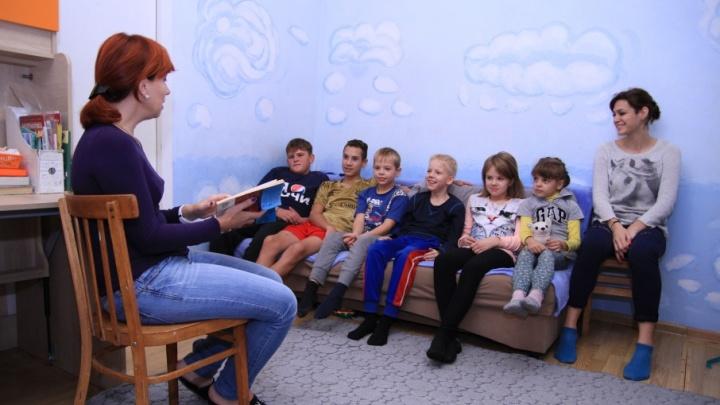 Ростовчанка отказалась от школы и сама учит восьмерых детей