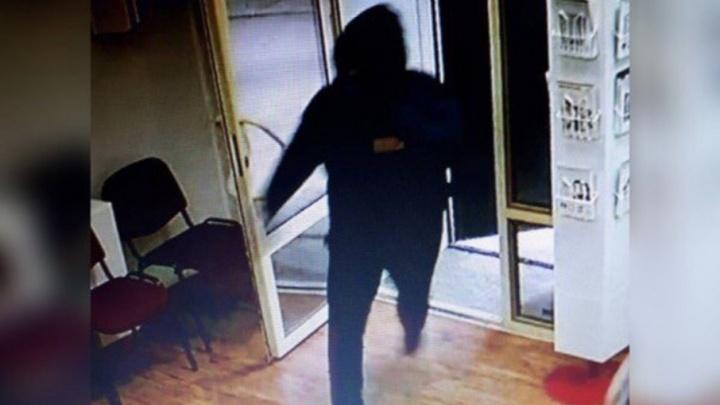 Ворвались внутрь и взяли кассу:  в Самаре ищут грабителей  банка