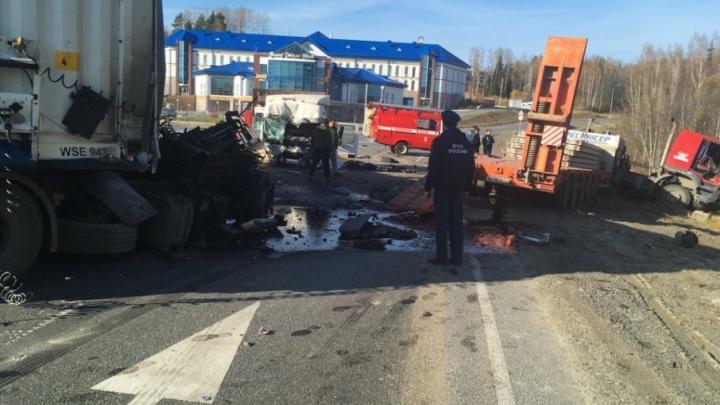Момент столкновения фуры и легковушки в Уватском районе попал в объектив камеры видеонаблюдения