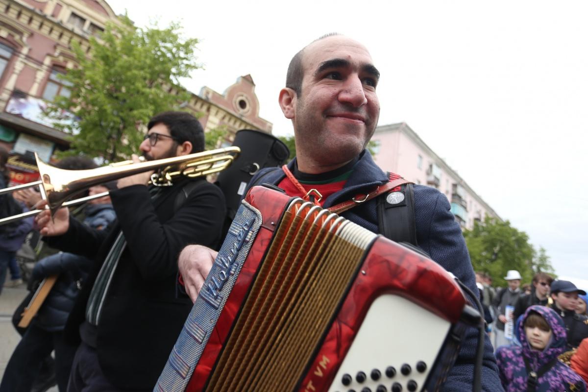 Отличным настроением музыкантов заряжали улыбки гулящих по Кировке горожан
