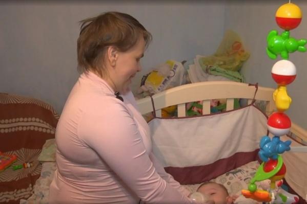 В кадре из телепередачи на Первом канале, которую показывали по ТВ 10 апреля, Анастасия Репетова у детской кроватки