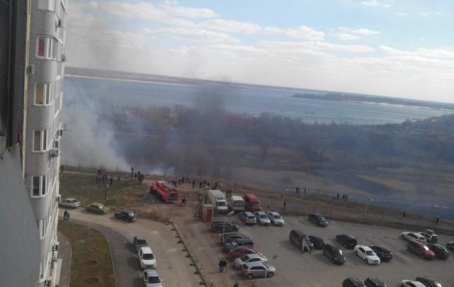 В русле реки Мечетки в Волгограде на большой площади выгорел камыш