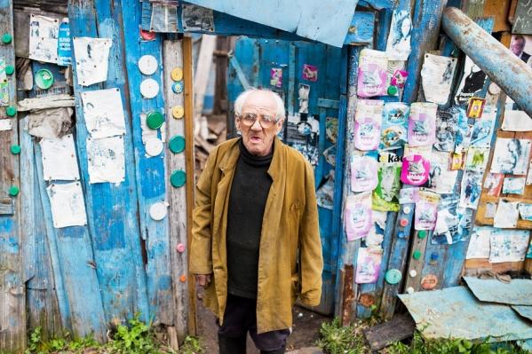 90-летний ветеран живет в землянке, колет дрова и ходит в баню