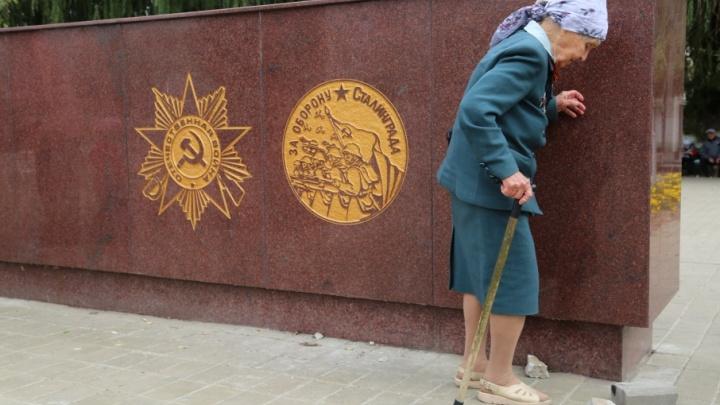 В Волгограде старики выстояли очереди за медалями к 75-летию победы под Сталинградом