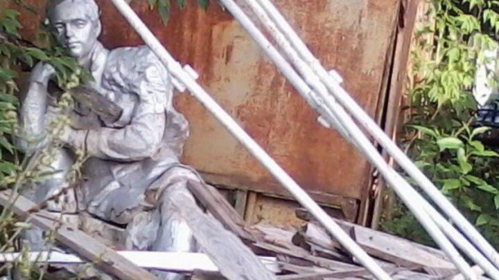 12 лет в забытьи: в Ярославской области памятник Лермонтову завалили досками