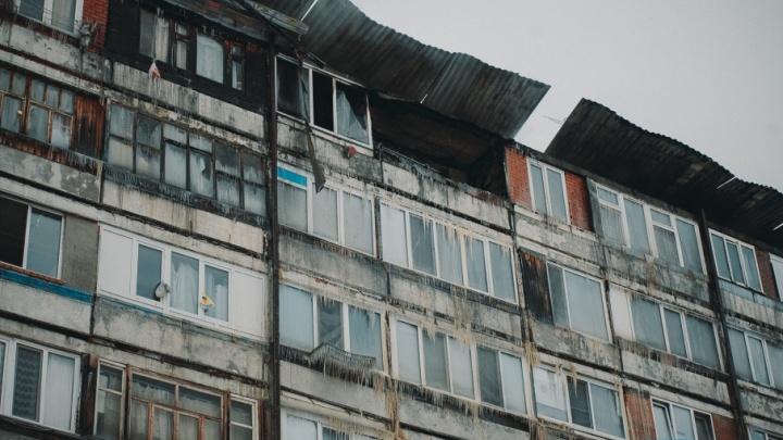 Пожар на Лесобазе: дом мог поджечь пьяный сосед, пламя по крыше перекинулось на другие квартиры