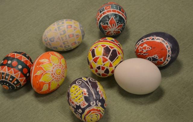 Angry eggs, зайчики и вязаные «фаберже»: выбираем необычные пасхальные символы