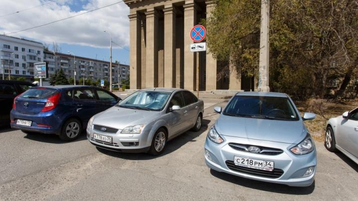 «Я паркуюсь как ...»: автохамы Волгограда захватили жилые дворы