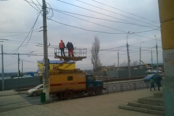 Рабочие подводят сети для нового маршрута троллейбуса