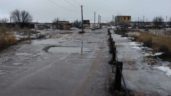 Жители Волгограда своими руками прокладывают дорогу на кладбище