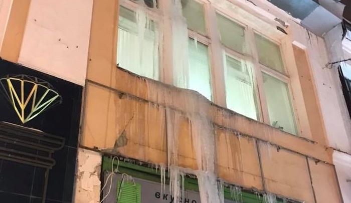 Огромные и страшные: на магазинах на улице Кирова повисли гигантские сосульки