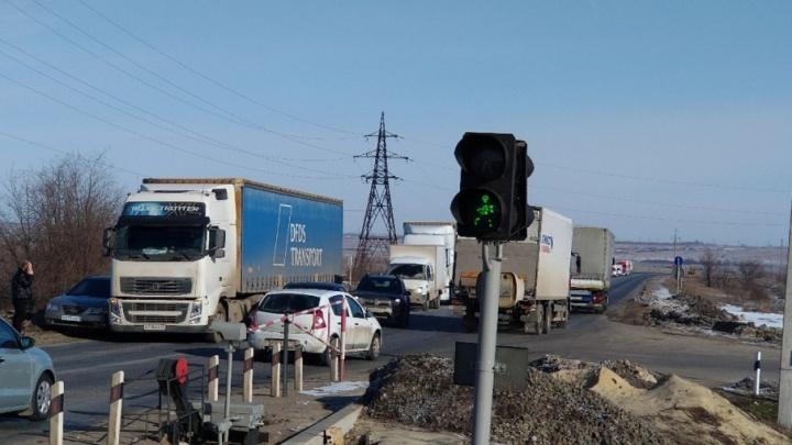 В Волгограде на переезде столкнулись фура и легковушка