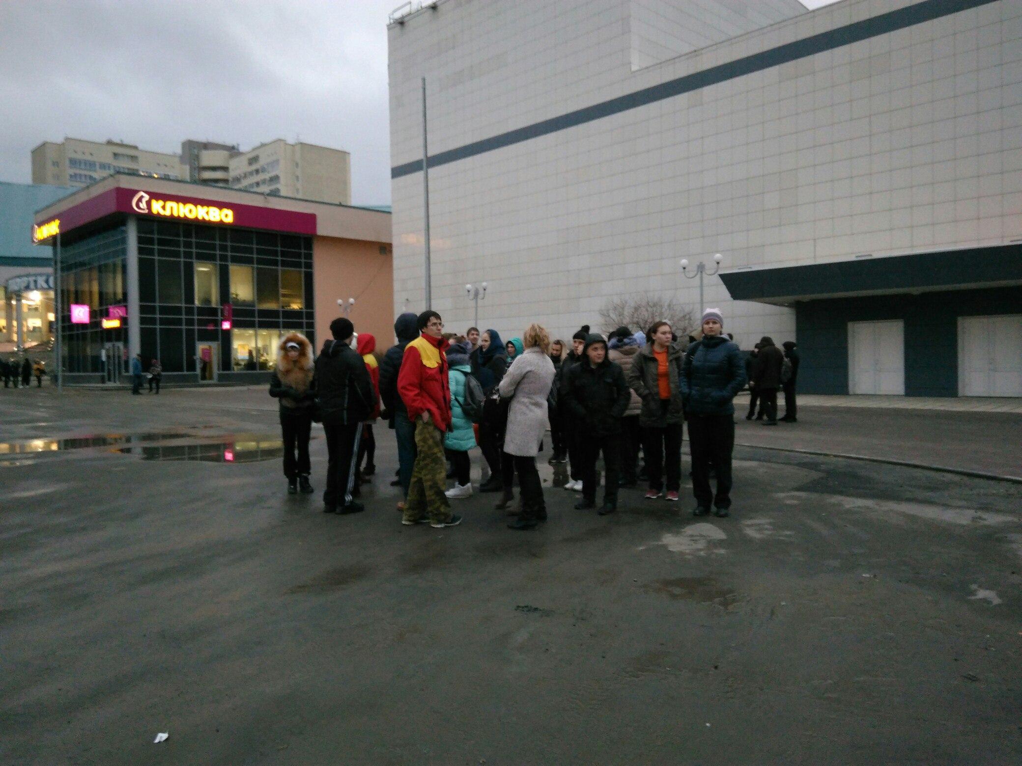 Сотрудники ТЦ ждут на улице