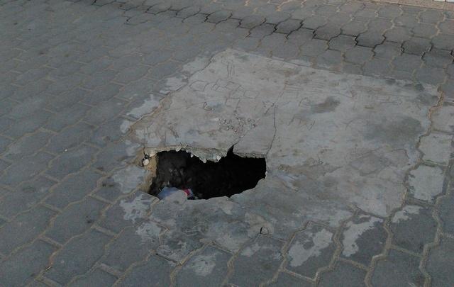 Глубокая яма образовалась рядом с кинотеатром «Авангард» в Волгограде