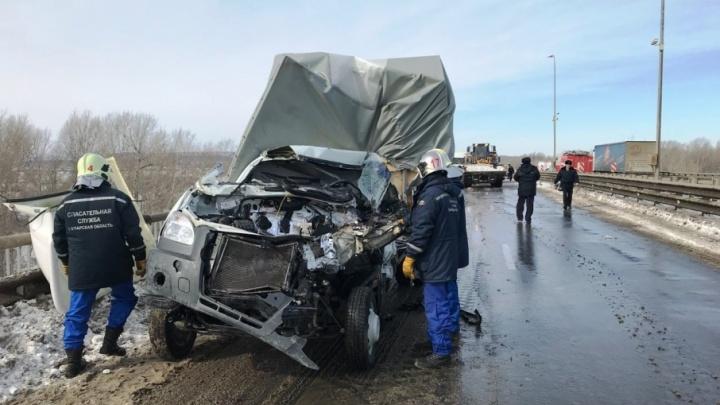 «Газель» нырнула под прицеп: появились жуткие фото с аварии на М-5