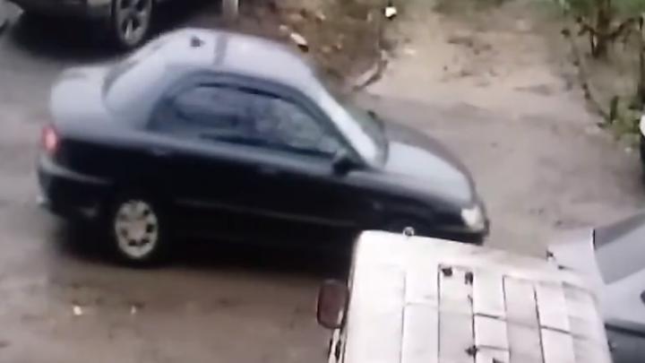 Ростовчанин ищет таксиста, который врезался в его машину и скрылся с места ДТП