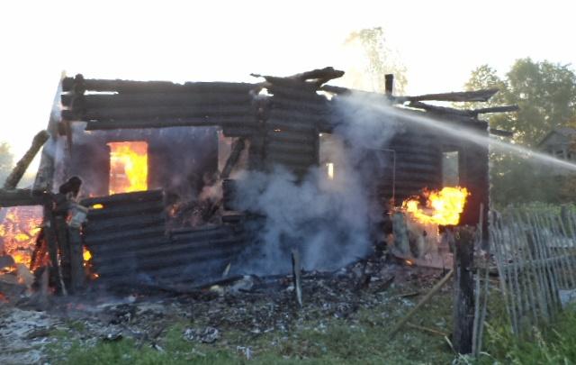В Большесельском районе из-за пожара семья осталась без крыши над головой