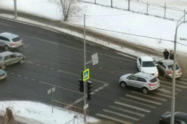 Авария с участием трёх машин произошла в субботу около 11 часов