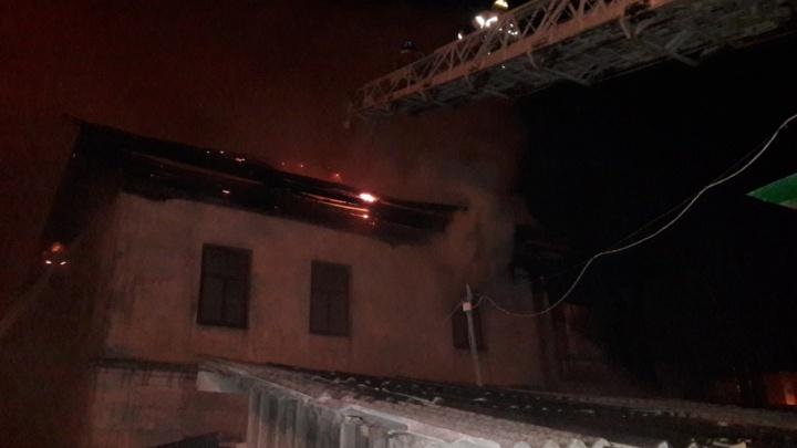 Подробности вчерашнего пожара на Полевой: 10 машин МЧС, дежурная скорая и подвоз воды