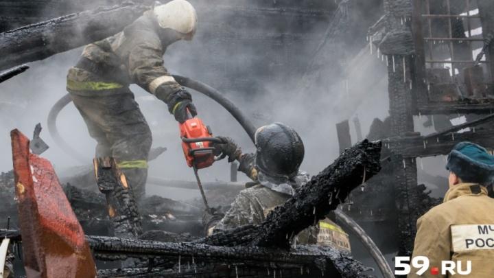 Погас свет, веранда загорелась: в Перми мужчина спас жену и внучку из горящего дома