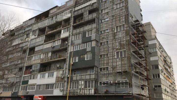 Приставы: отлетевшие с дома в Жилгородке панели застройщик клеит на место