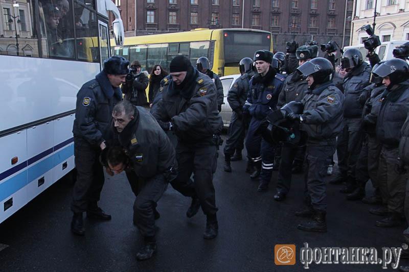Один из протестующих забрался под автобус