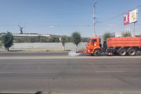 По словам коммунальщиков, асфальт в Волгограде моют регулярно, и Медведев здесь не при чем