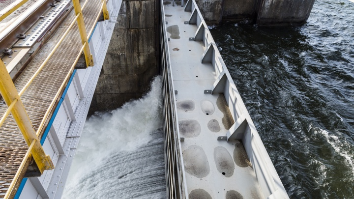 После приезда в Волгоград Медведева Волжская ГЭС возобновила сброс воды
