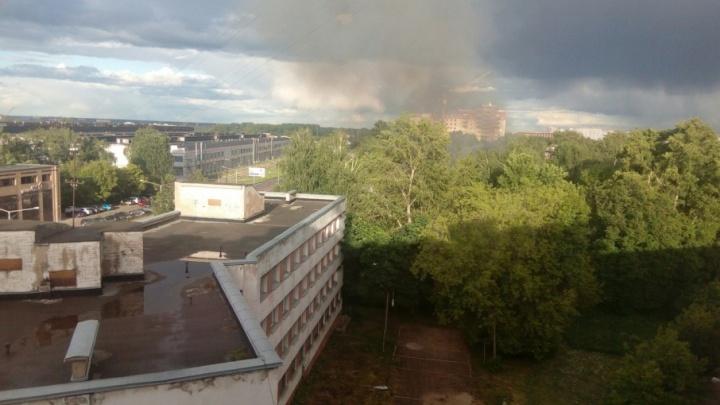 Столб чёрного дыма на Фрунзе: огонь полностью уничтожил здание