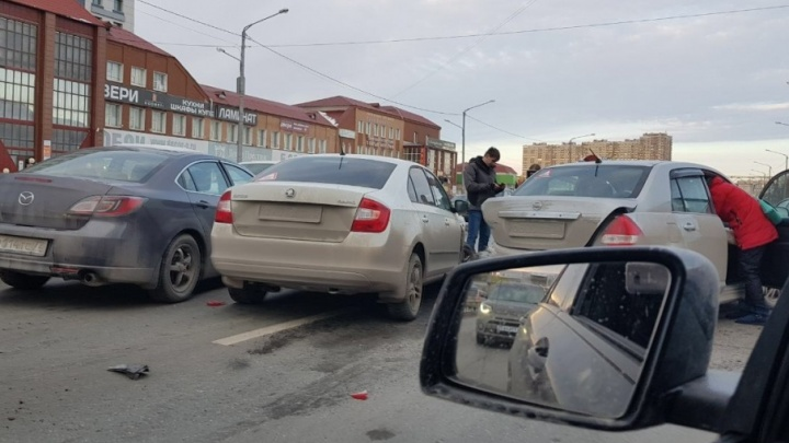 Водитель SKODA пытался вклиниться между полосами и устроил массовое ДТП на Мельникайте