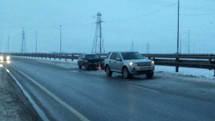В Приморском районе «Субару-Легаси» и «Ленд-Ровер» проверили прочность машин на трассе