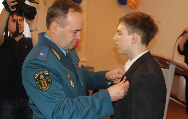 В Ярославле наградили мальчика, который спас свою семью из пожара