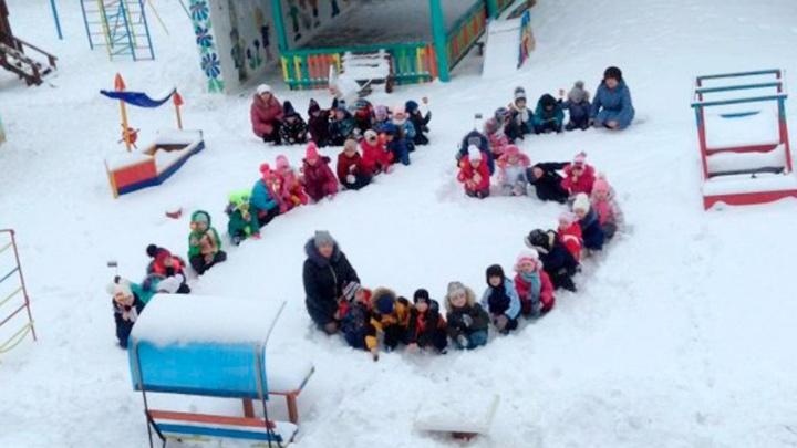 Под Волгоградом малышей из детского сада посадили на колени ради патриотического флешмоба