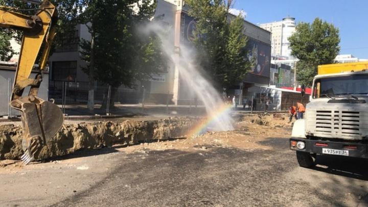 Экскаватор «Концессий теплоснабжения» создал многометровый фонтан в центре Волгограда