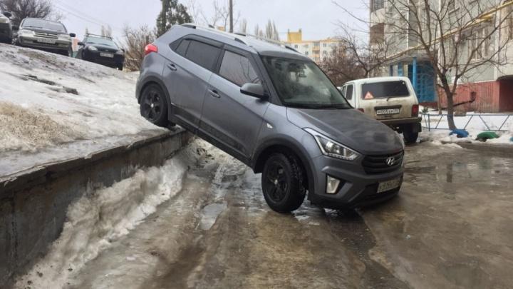 В Волгограде с ледяного склона рухнула иномарка