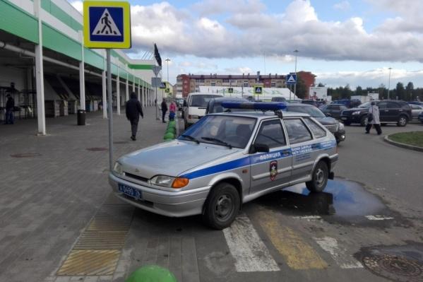 Выяснилось, что полицейские бросили машину на зебре, потому что торопились на вызов
